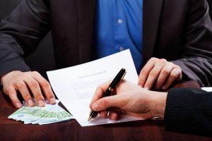 Niektóre firmy pożyczkowe umożliwiają podpisanie umowy, którą doręcza kurier.